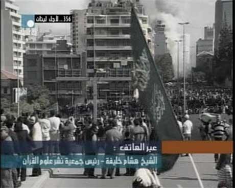 Røyk stiger opp fra det danske generalkonsulatet, hvor minst 10.000 mennesker demonstrerer utenfor. (Foto: Libanesisk fjernsyn/ EBU)