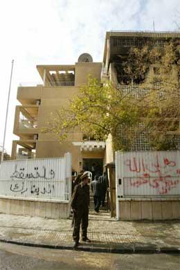 """""""Ned med Danmark"""" og Mohammed, fred og velsingnelse"""", er tagget på veggene utenfor Norges ambassade i Syria. (Foto: Afp/Scanpix)"""