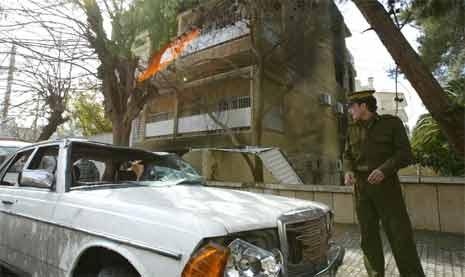 En ødelagt bil utenfor den norske ambassaden i Syria som ble stormet på lørdag. (Foto: AFP/Scanpix)