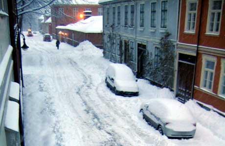 Snøen skapte store problemer også for bilistene i Gamlebyen i Fredrikstad mandag morgen (Foto: Helene Hillestad, NRK)