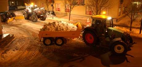 Storgata i Rakkestad ble ryddet for snø mandag morgen (Foto: Calle Larsson, NRK)