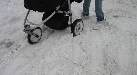 Kommunen skal sørge for snøfri fortau i Oslo neste år. Arkivfoto: NRK