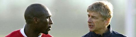 Sol Campbell og Arsenal-trener Arsene Wenger på treningsfeltet mandag. (AP Photo/Nick Potts-pa)