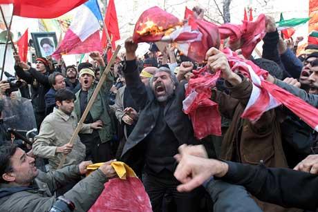 I Iran ble det mandag demonstert og både det danske og det franske flagget ble brent. Foto: Scanpix