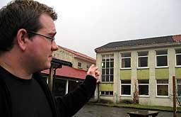 Marius Strømmen framfor Davik skule. Foto: Heidi Fagna, NRK