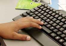 Mange foreldre bryr seg ikke om hvordan barn bruker Internett. (Foto: SCANPIX)