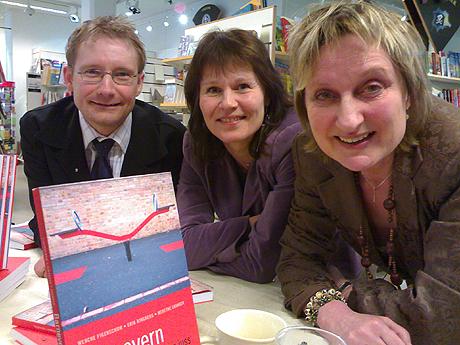Forfatterne Erik Ringberg (venstre), Merete Ekanger (midten) og Wenche Figenschow (høyre). Foto: Morten Ruud, NRK.