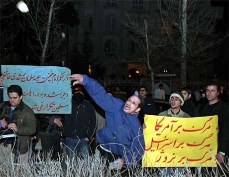 Demonstranter kastet stein på Norges ambassade i protest mot Muhammed-tegningene. (Foto: Vahid Salemi/ AP/ Scanpix)