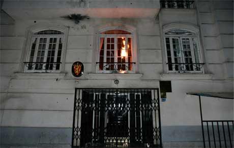 Demonstrantene kastet en brannbombe mot ambassaden, men det brant bare i et gitter på utsiden. (Foto: Raheb Homavandi/ Reuters/ Scanpix)