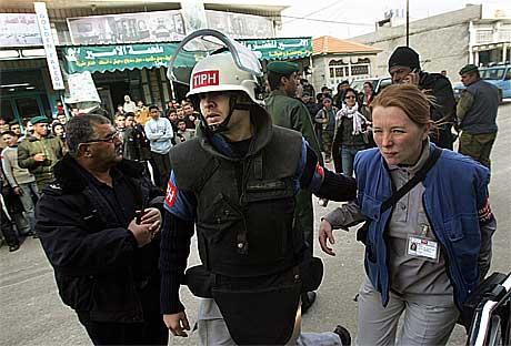 Observatørene blir evakuert.(Foto:AFP/Scanpix)