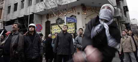 Rasende demonstranter gikk løs på den norske og den danske ambassaden i Teheran. (Reuters/Scanpix-foto)