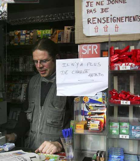 Avisen Charlie-Hebdo ble revet vekk. På plakaten øverst står det: Jeg gir ingen informasjon. Foto: Scanpix