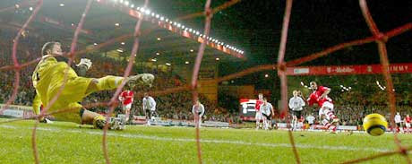 Darren Bent gjør 1-0 på straffe. (Foto: Reuters/Scanpix)