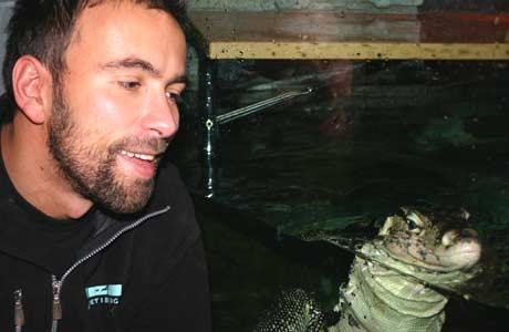 Joachim Ekeli, dyrepassar på Akvariet i Bergen, er glad i vassvaranen som enno manglar eit namn. (Foto: NRK/Ingelin Røssland)