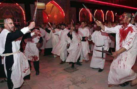Imam Hussein falt i kamp i 680 og ble begravet i den hellige byen Karbala. Her hedres han av sjia-muslimer med kniver (Scanpix/Reuters)