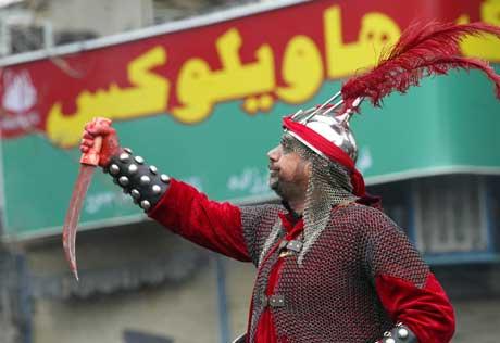 I Iran framstiller en skuespiller en fiende av Muhammeds barnebarn Imam Hussein(Scanpix/AFP)