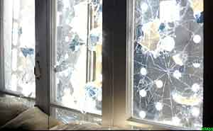 Forsvaret offentliggjorde i dag bilder fra angrepet på ISAF-styrken. Her et pepret vindu. (NRK)