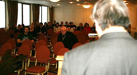 En håndfull by:Larm-delegater fulgte Henning Hai Lee Yang sine utlegninger om hvordan framtidas musikkbransje blir. Foto: Jørn Gjersøe, NRK.