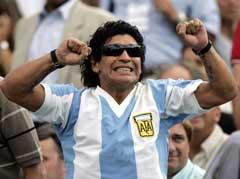 Fredag ettermiddag var Diego Maradona på tenniskamp og heiet på Argentina. (Foto: Reuters/Scanpix)