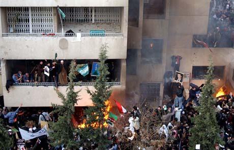 Slik gikk det sist: Angrepene på den danske ambassaden i Damaskus sist lørdag. (Foto: B. Tellawi, AP)