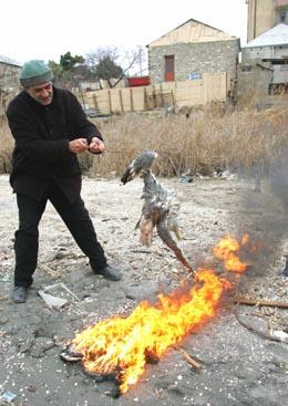 I Aserbajdsjan ble døde fugler brent i dag. (Foto: J.Abdulla, Reuters)