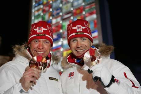 Ole Einar Bjørndalen ( til høyre) Halvard Hanevold med medaljene. (Foto: Heiko Junge / SCANPIX)