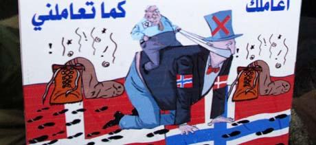 Dagen før kontoret stengte 4. februar, demonstrerte palestinere med denne plakaten mot Ariel Sharon, Norge og Danmark i Ramallah: -Jeg behandler deg som du behandler meg. (Foto: J.Aruri, AFP)