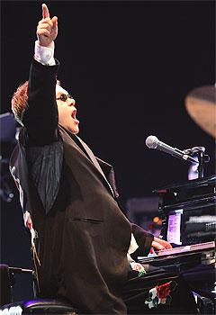 Susanne Sundfør spiller gjerne på Elton Johns flygel i Townhouse Studios i London. Foto: Scanpix.