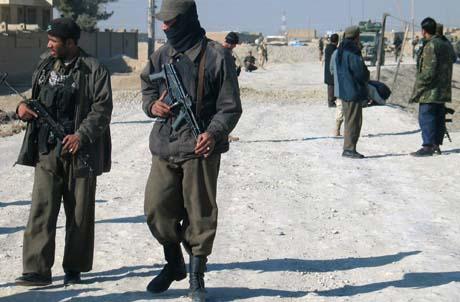 Afghanske soldater på livsfarlig jobb sør i Afghanistan. (Arkivfoto: N.Khan, AP)