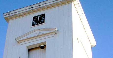 Det første klokketårnet ble bygget i 1670 eller 1671. Dagens tårn er fra 1833. Foto: Rainer Prang, NRK
