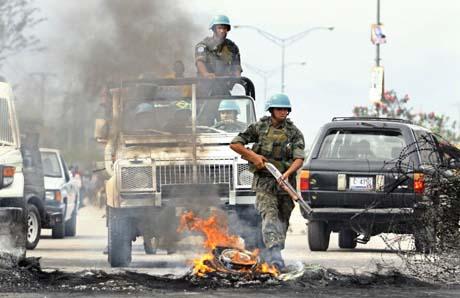 Brasilianske FN-soldater tar seg gjennom en av barrikadene i hovedstaden. (Foto: E.Munoz, Reuters)