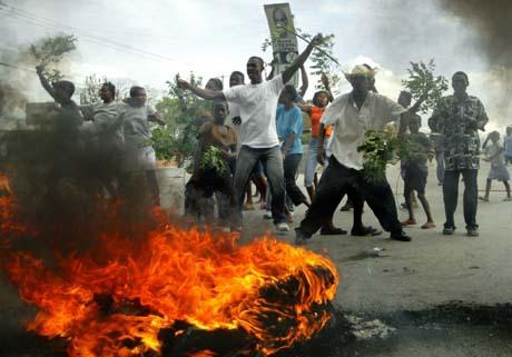 Protesterende haitianere overtok gatene. (Foto: E.Munoz, Reuters)