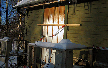 Det er funnet blodspor fra begge de tiltalte flere steder i Henriksens bolig. Foto: NRK.
