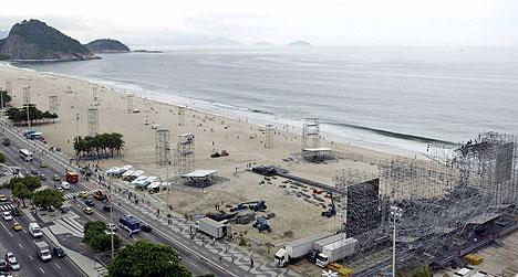 Slik ser det ut på stranda i Rio bare dager før Rolling Stones skal spille sin store gratiskonsert. Foto: Bruno Domingos, Reuters / Scanpix.