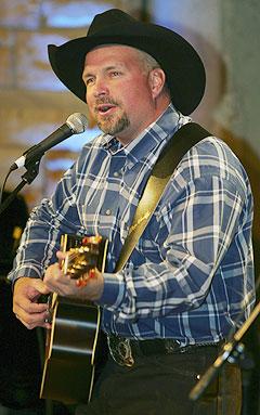 Garth Brooks har solgt MANGE plater, og nærmer seg en legendarisk rekord. Foto: Neil Brake, AP Photo / Scanpix.