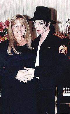 Michael Jackson giftet seg med Debbie Rowe 14. november 1996. Nå møtes de i rettsalen. Foto: Scanpix.