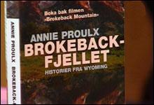 """- Jeg tror jeg har dekning for at disse historiene er for alle, skriver bokanmelder Knut Hoem om """"Brokeback-fjellet"""".(Foto: Nrk)"""
