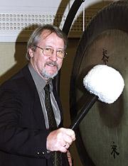 Nils Heyerdahl er sjef for Radioteateret i NRK. Her fotografert foran Radioteaterets velkjente gong. Foto: Bjørn Sigurdsøn / SCANPIX
