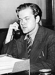 """Orson Welles svarer journalister etter å ha forårsaket panikk blant lytterne etter hørespillet """"The War of the Worlds"""" ble sendt i 1938. Foto: AFP"""