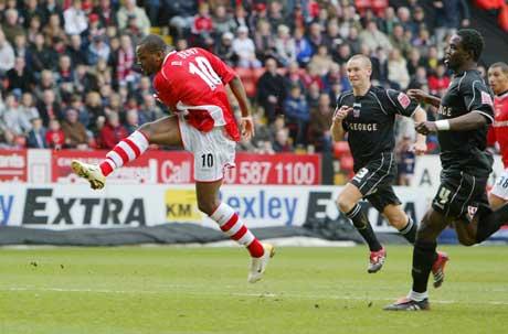 Darren Bent gir Charlton ledelsen før det er gått tre minutter. (Foto: AFP/Scanpix)