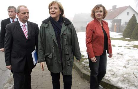 Angela Merkel blir tatt i mot av jordbruksministeren i Mecklenburg-Vorpommern. (Foto: AFP/Scanpix)