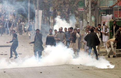 Palestinske demonstranter kaster stein gjennom tåregassen i protest mot demonstrasjonsforbudet i Islamabad. (Foto: Reuters/Scanpix)