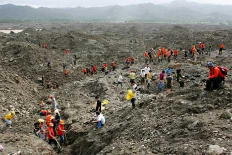 Bergingsarbeidere leter i dag fortsatt etter ofre for jordskredet i landsbyen Guinsaugon sist fredag. (Foto: Bullit Marquez/ AP/ Scanpix)