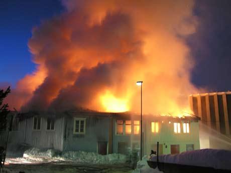 Fire trebygninger i Holmestrand brant ned mandag. Bare flaks at det ikke gikk verre, mener riksantikvaren. Foto: Per Foss, NRK.
