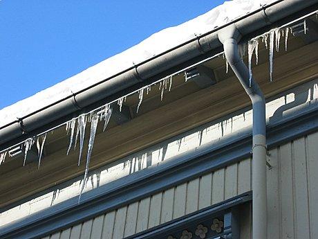 Is i gesimsen bak takrenna kan være indikasjon på at det er noe galt. Foto: Yngve Tørrestad, NRK