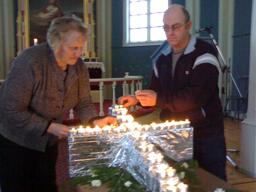 Solveig Ulseth Vold og Paul Magne Venås pynter med lys i Voll kyrkje i Måndalen. Foto: Gunnar Sandvik