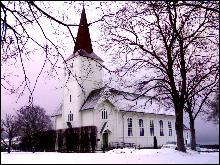 Voll kyrkje i Måndalen opnar dørene. Foto: Gunnar Sandvik