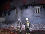 Brannvesenet jobbet hardt for å begrense brannen, og hadde heldigvis marginene på sin side. Foto: Per Foss, NRK