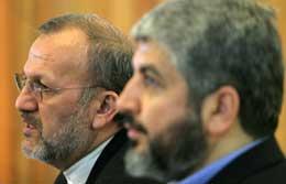 Irans utenriksminister Manoucher Mottaki (t.v.) og Hamas-leder Khaled Meshaal på pressekonferansen etter tirsdagens møte i Teheren (Scanpix/AP)