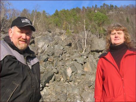 Ola Tjelle og Sigrid Tjelle Lund midt i restene etter Tjellafonna. Foto: Gunnar Sandvik.